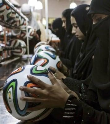 Цената на труда - как се правят топките за Световното първенство по футбол, 2014
