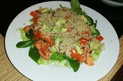 Здравословна салата с киноа, спанак и авокадо