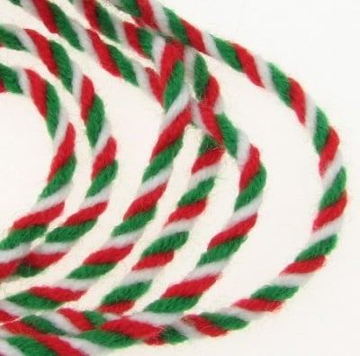 Прежда пресукана бяло , зелено , червено 100 процента акрил -100 грама -66 метра