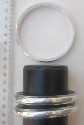 Гривна пластмаса с брокат гладка 9мм. диаметър 64мм. бяла -12бр.