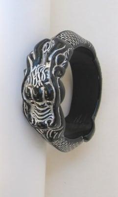 Гривна пластмаса черна ГРАВЮРА ДРАКОН сребро 66х90мм.