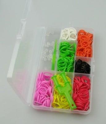Комплект за плетене на гривни в кутия - инструмент, кука 85 мм, ~12 бр. S-скоби и ~350 бр. ластички 18 мм АСОРТЕ