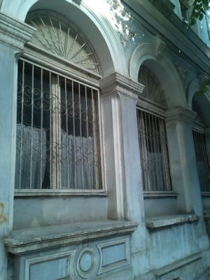 Загадъчни портрети върху врата на сграда в Стара Загора - по писмо на наша читателка