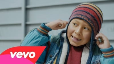 Легендата за момчето и силата на неговия глас в клипа на Naughty Boy - LaLaLa