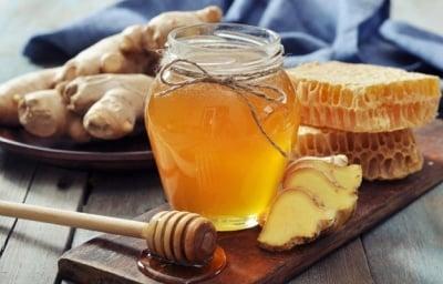 Домашен сироп с лук, мед и джинджифил за облекчаване на болки в гърлото