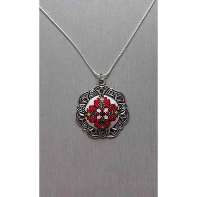Бродиран медальон с мотиви от Шопския край