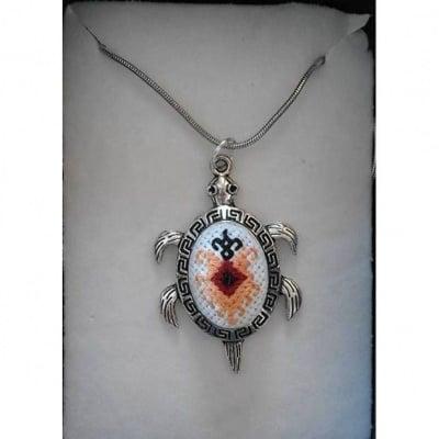 Костенурката - медальон с бродерия