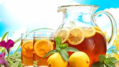 Пригответе си натурална електролитна напитка, която предпазва от дехидратация в горещите летни дни и зарежда тялото с енергия