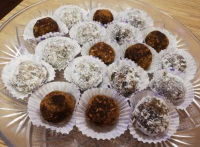 Здравословни сурови бонбони БЕЗ ЗАХАР - с кокос и фурми