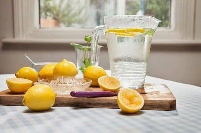 Защо всеки трябва да пие вода с лимон рано сутрин?