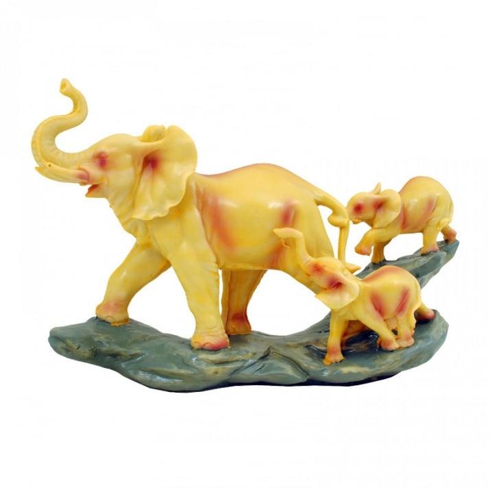 Слон с две слончета на скала
