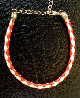 Гривна мартеница изкусвена кожа обла 4 мм бяло и червено 16 см