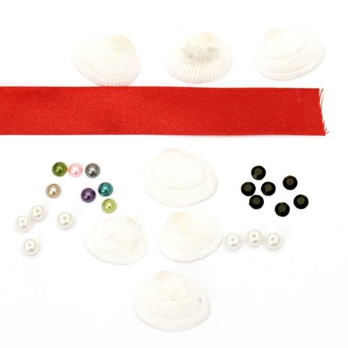 Комплект за направа на украса, декорация -25 бр стъклени перли 6 мм, 25 бр перла полусфера тип кабошон 6 мм, 50 броя акрилни мъниста тип кабошон черни 6 мм, 20 броя бели миди, 20 метра лента сатен 20 мм