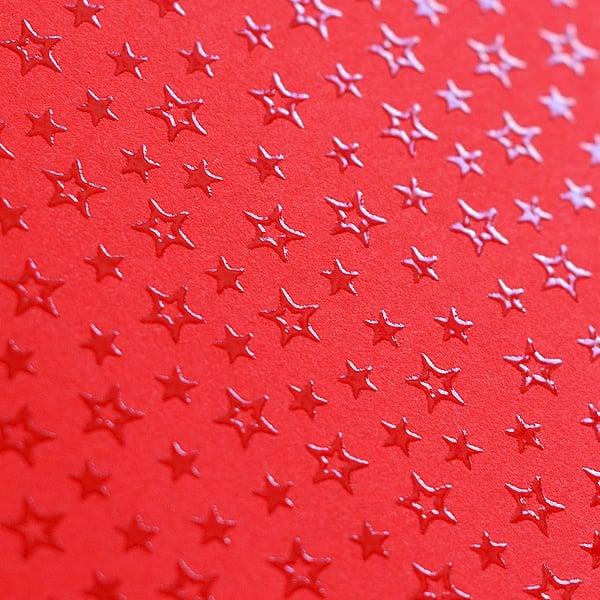 Фото картон с орнаментен лак, 220 g/m2, 47 x 69 cm, 1 лист Фото картон с орнаментен лак, 220 g/m2, 47 x 69 cm, 1л, червен със звезди
