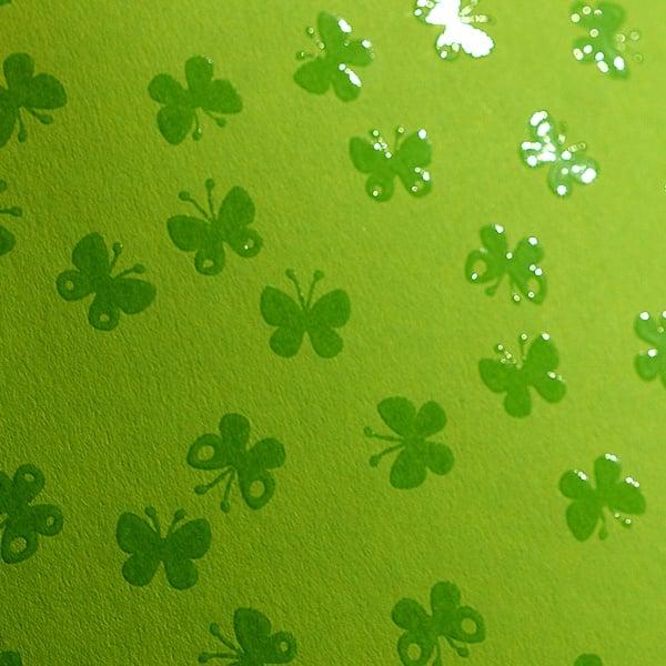 Фото картон с орнаментен лак, 220 g/m2, 47 x 69 cm, 1 лист Фото картон с орнаментен лак, 220 g/m2, 47 x 69 cm, 1л, зелен/ пеперуди