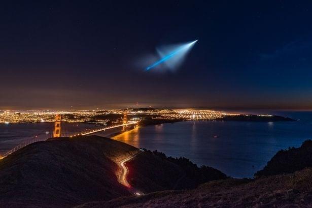 Мистериозна синя светлина озари нощното небе над Калифорния