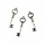 Висулка метална ключ 30x3x3 мм дупка 2.5 мм цвят старо сребро -10 броя