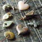 Сапунен камък за изработка на амулет във формата на сърце  с отвор, черен