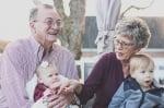 Един стар мъж с внуците