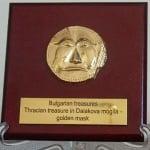 Художествена реплика на златната маска от Далакова могила